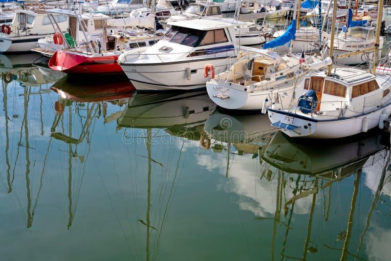 förtöja yacht för cancale royaltyfria bilder