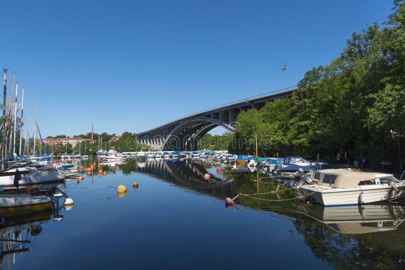 Förtöjd lugna sommarmorgon Stockholm för leisureboats arkivfoto