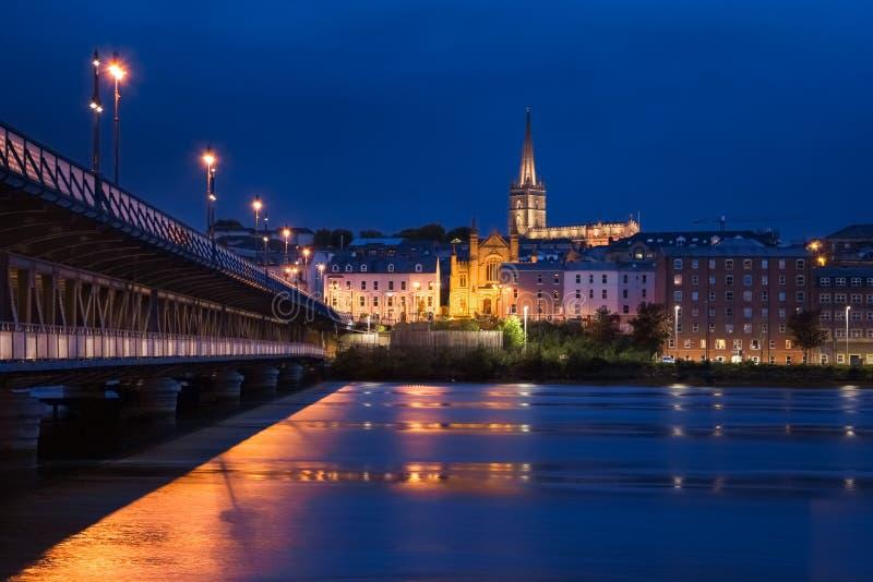 förtöjd sikt för nattportship Derry Londonderry Nordligt - Irland förenat kungarike royaltyfria foton