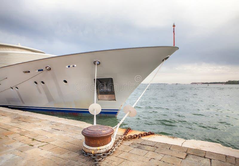 förtöjd yacht arkivfoto