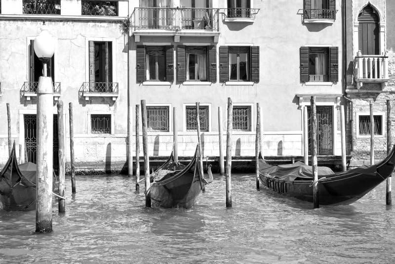 Förtöjde gondoler i Grand Canal i Venedig arkivfoto