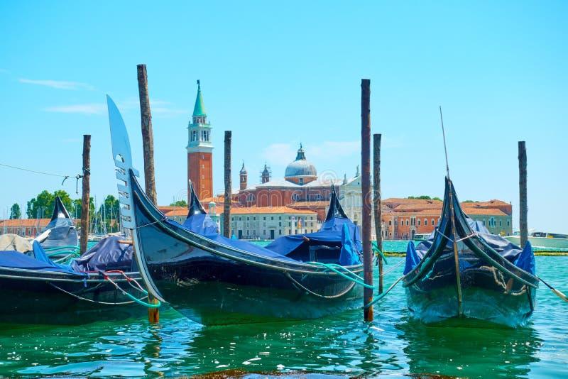Förtöjde gondoler i Venedig fotografering för bildbyråer
