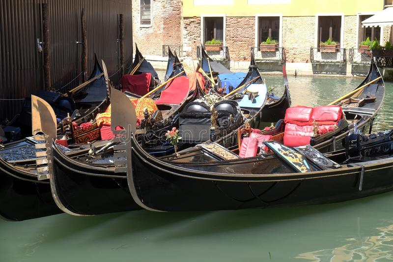Förtöjde gondoler, Venedig royaltyfria bilder