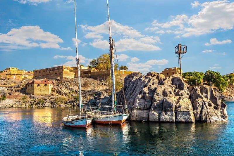 Förtöjde segelbåtar i Aswan royaltyfria foton
