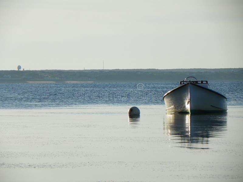 Förtöjt fartyg i lugna tidvattens- vatten arkivbild