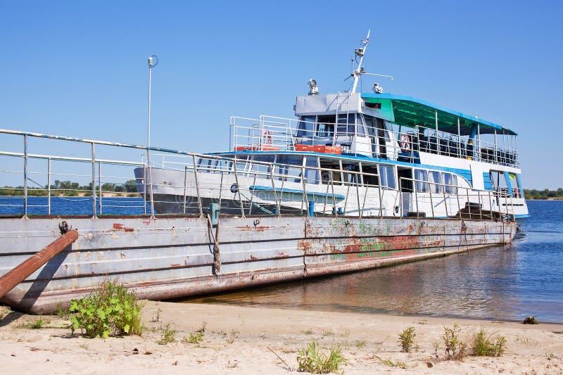 Förtöjt gammalt fartyg på kusten av en sandig strand arkivbild