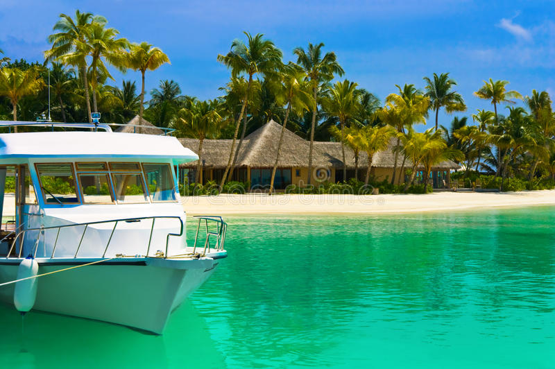 förtöjt tropiskt för fartyg ö royaltyfri foto
