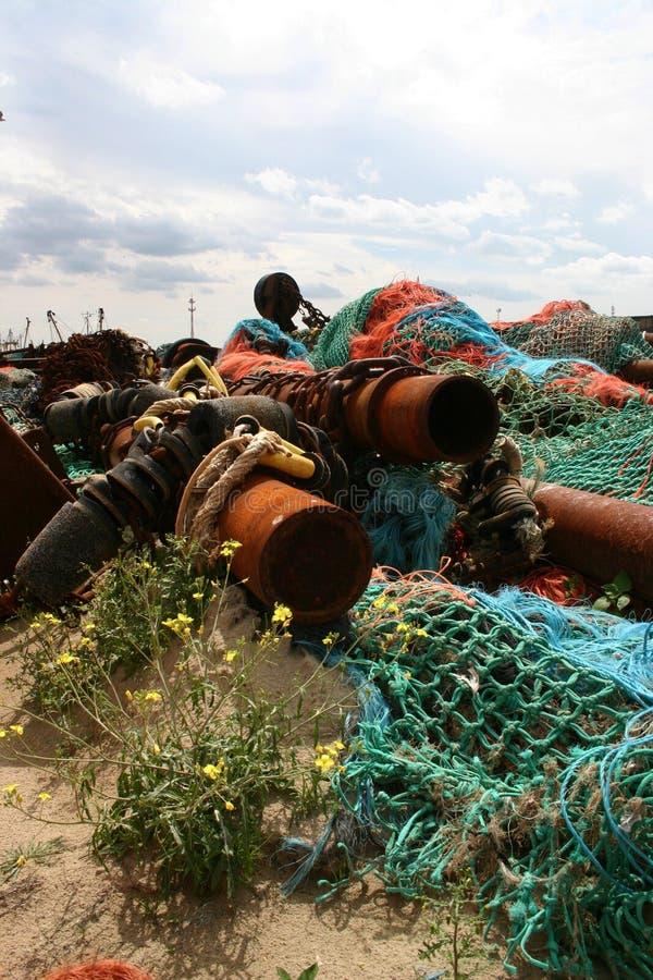Förtjänar, rör och srap i en havn royaltyfri fotografi