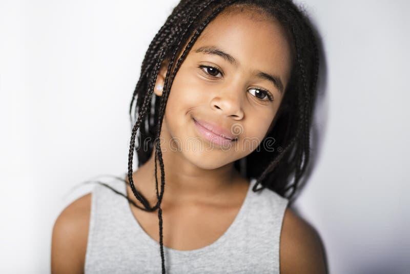 Förtjusande afrikansk liten flicka på studiogrå färgbakgrund royaltyfri fotografi