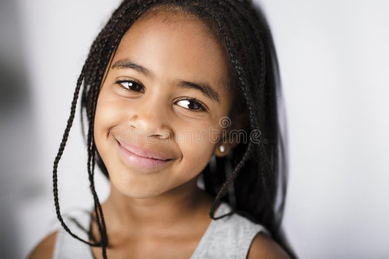 Förtjusande afrikansk liten flicka på studiogrå färgbakgrund royaltyfria foton