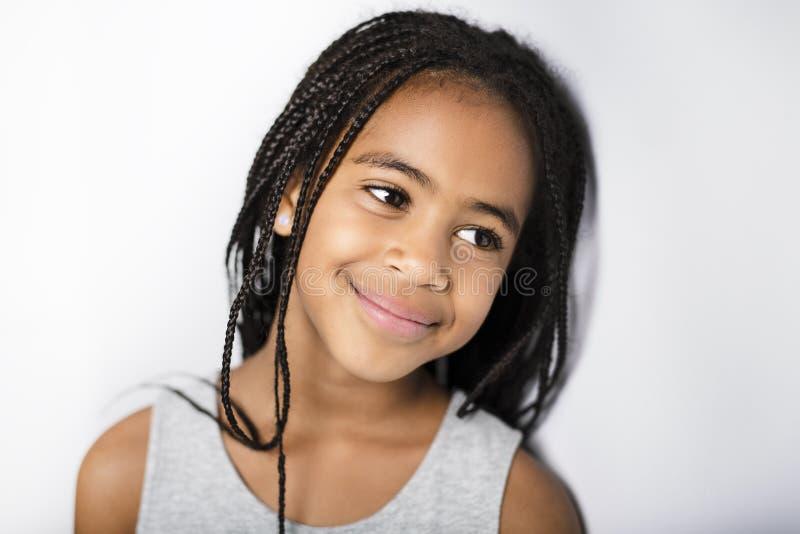 Förtjusande afrikansk liten flicka på studiogrå färgbakgrund royaltyfri bild