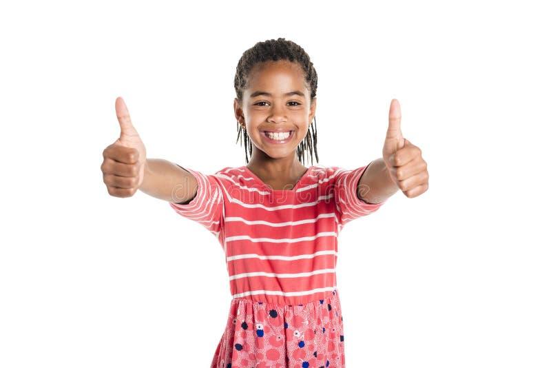 Förtjusande afrikansk liten flicka på studiovitbakgrund royaltyfri foto