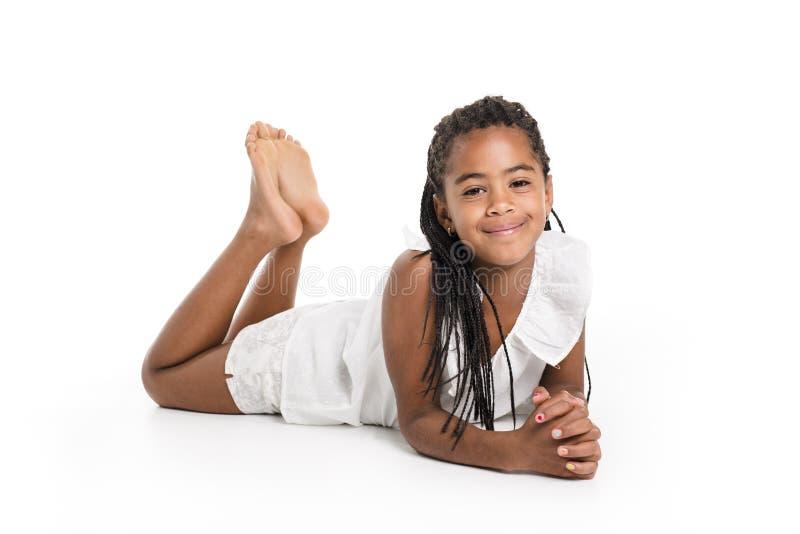 Förtjusande afrikansk liten flicka på studiovitbakgrund fotografering för bildbyråer