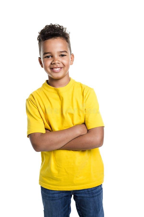 Förtjusande afrikansk pojke på studiovitbakgrund royaltyfri bild