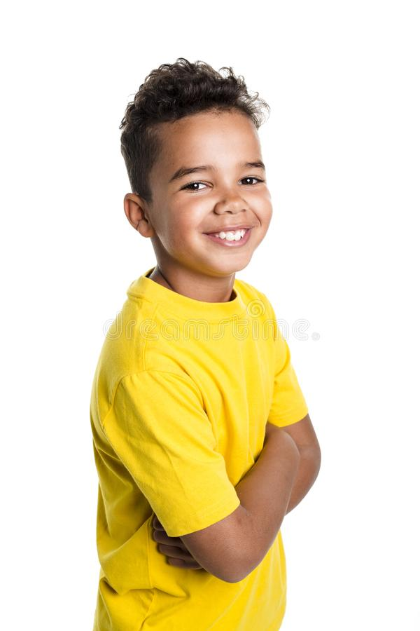 Förtjusande afrikansk pojke på studiovitbakgrund royaltyfri fotografi
