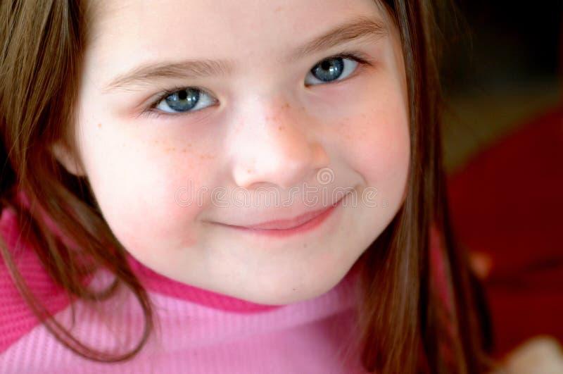 förtjusande barnframsida fotografering för bildbyråer