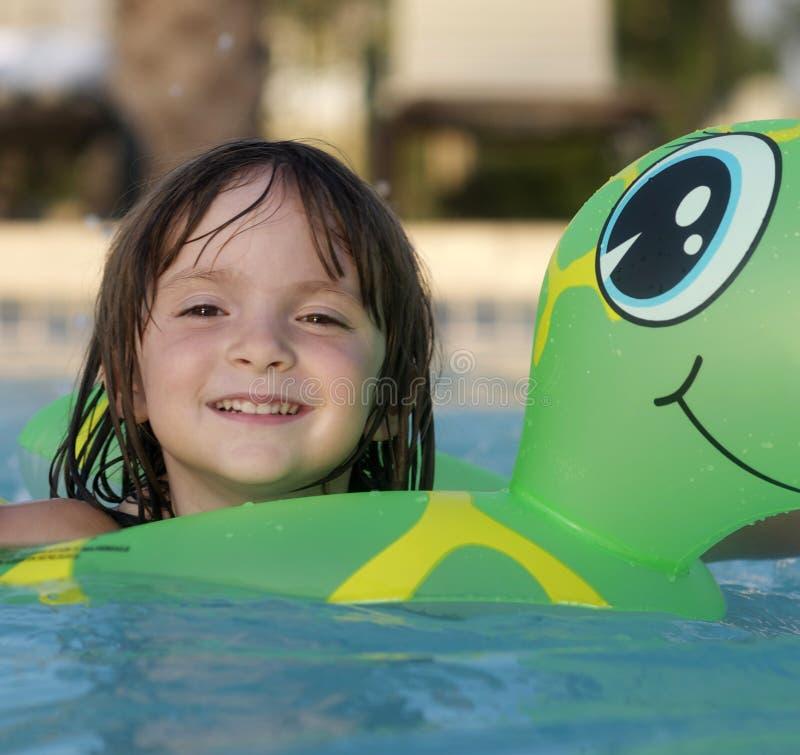 förtjusande barngyckel som har feriebarn arkivfoto
