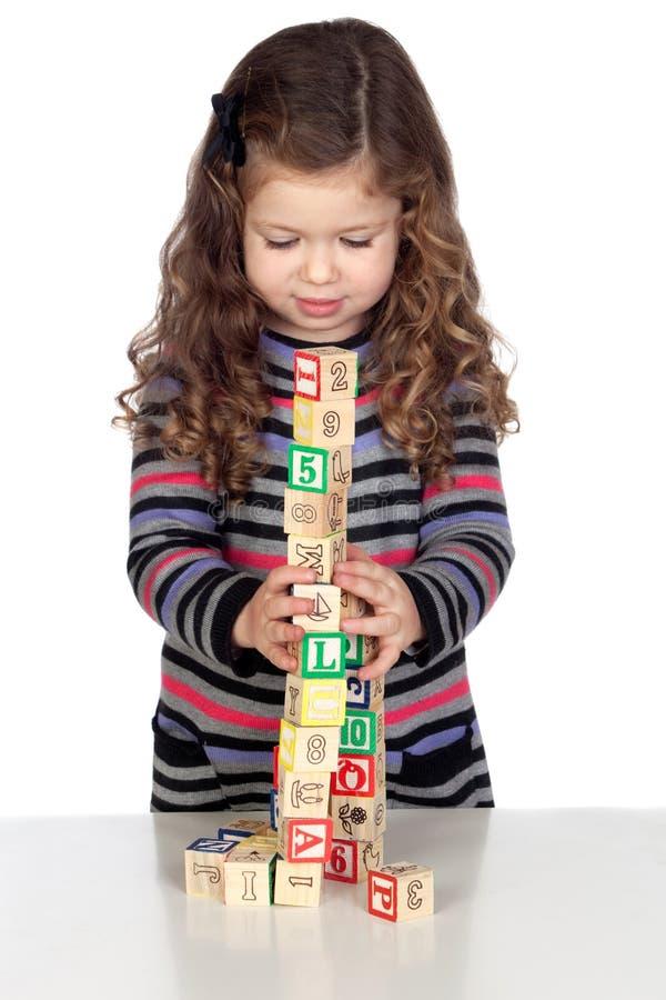 förtjusande behandla som ett barn att leka för block som är trä arkivbild