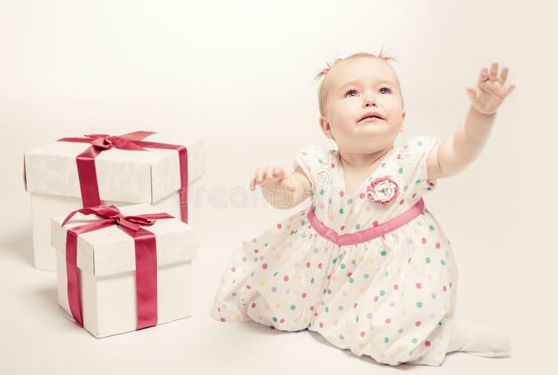 Förtjusande behandla som ett barn flickan med två gåvaaskar royaltyfri foto