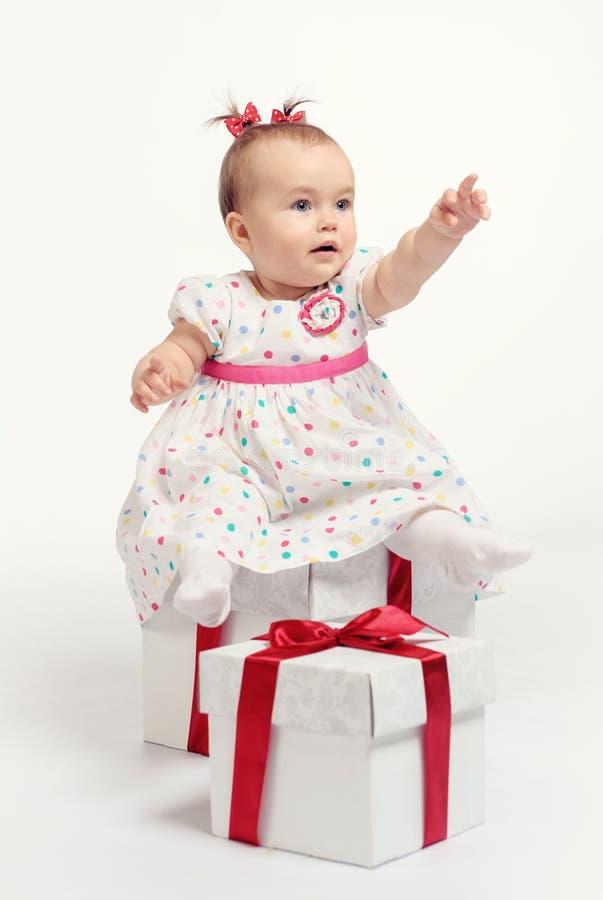 Förtjusande behandla som ett barn flickan med två gåvaaskar royaltyfria foton