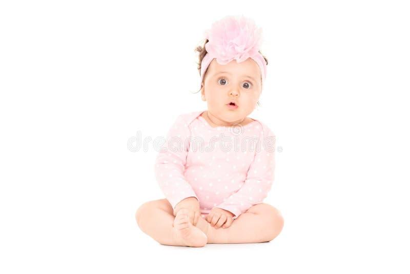 Förtjusande behandla som ett barn flickasammanträde på golvet royaltyfri bild