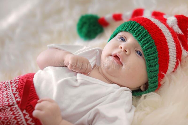 Förtjusande behandla som ett barn i julhatt arkivfoton