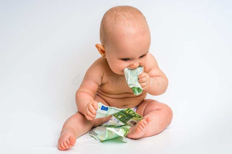 Förtjusande behandla som ett barn med euroräkningpengar - som isoleras på vit royaltyfri foto