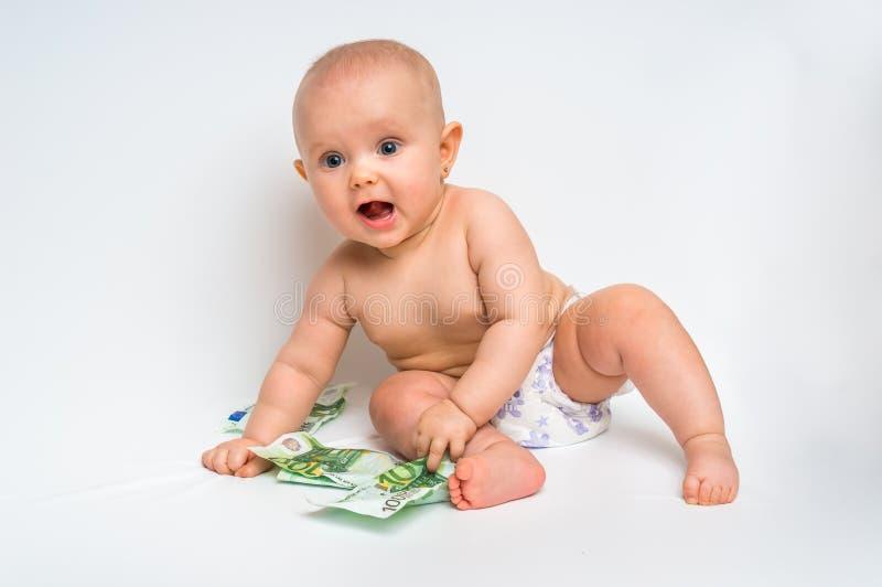 Förtjusande behandla som ett barn med euroräkningpengar - som isoleras på vit fotografering för bildbyråer