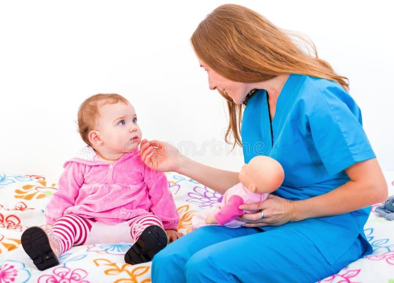Förtjusande behandla som ett barn och babysitteren arkivfoto