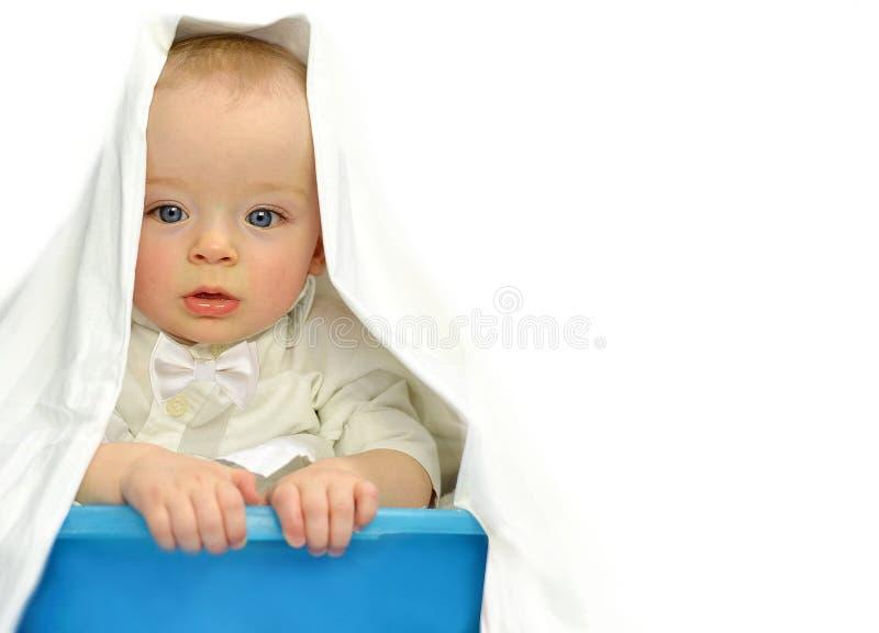 Förtjusande behandla som ett barn pojken döljer i en tvättkorg Barnbegrepp arkivbilder