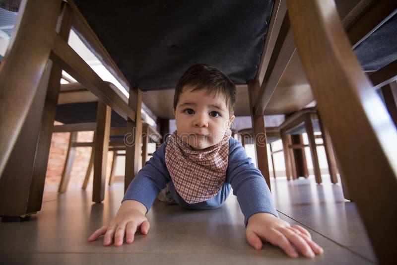 Förtjusande behandla som ett barn roliga krypanden för pojken i golvet arkivbild