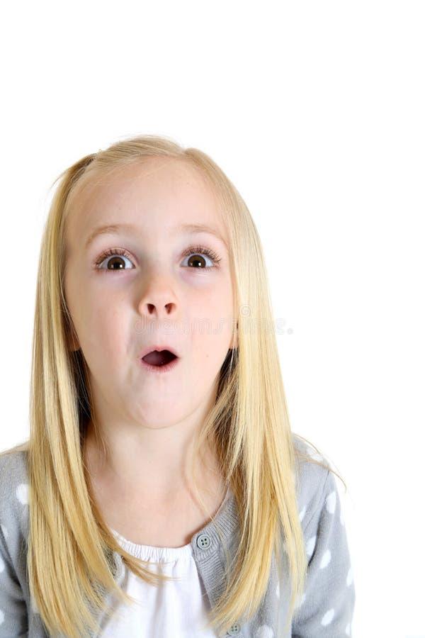 Förtjusande blond flicka med upphetsat eller förvånat uttryck arkivfoton
