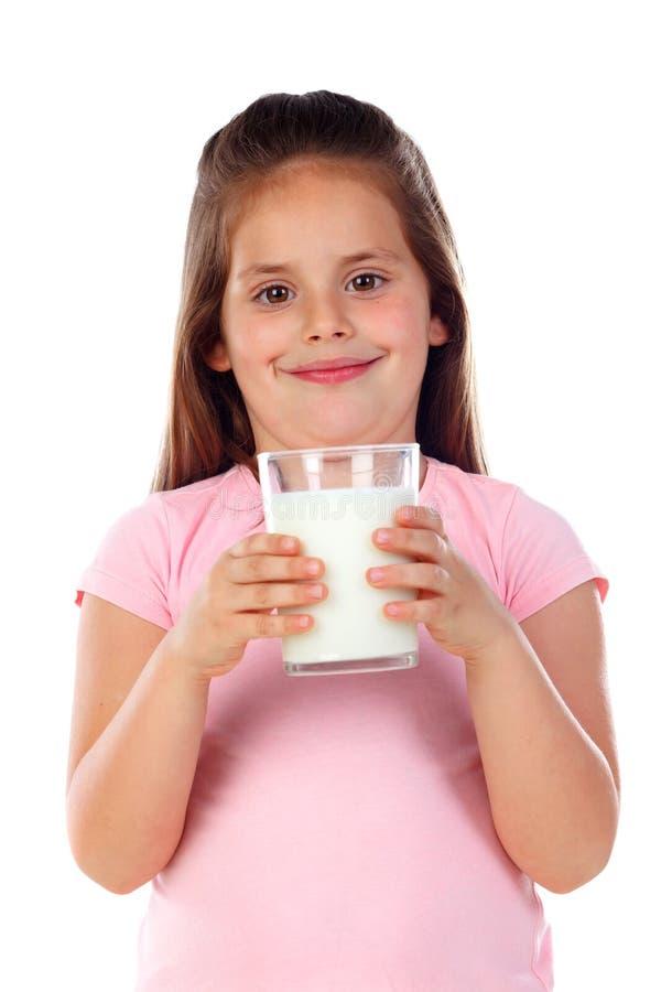 Förtjusande dricka för barn mjölkar arkivbilder