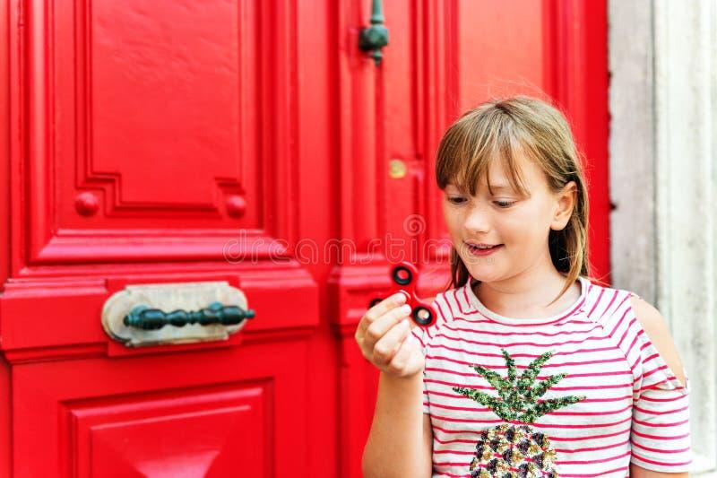 förtjusande flicka little stående arkivfoto