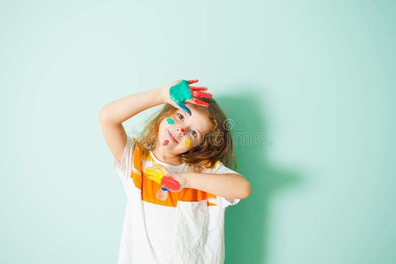 Förtjusande flicka med färgrika prickar på hennes framsida royaltyfri foto