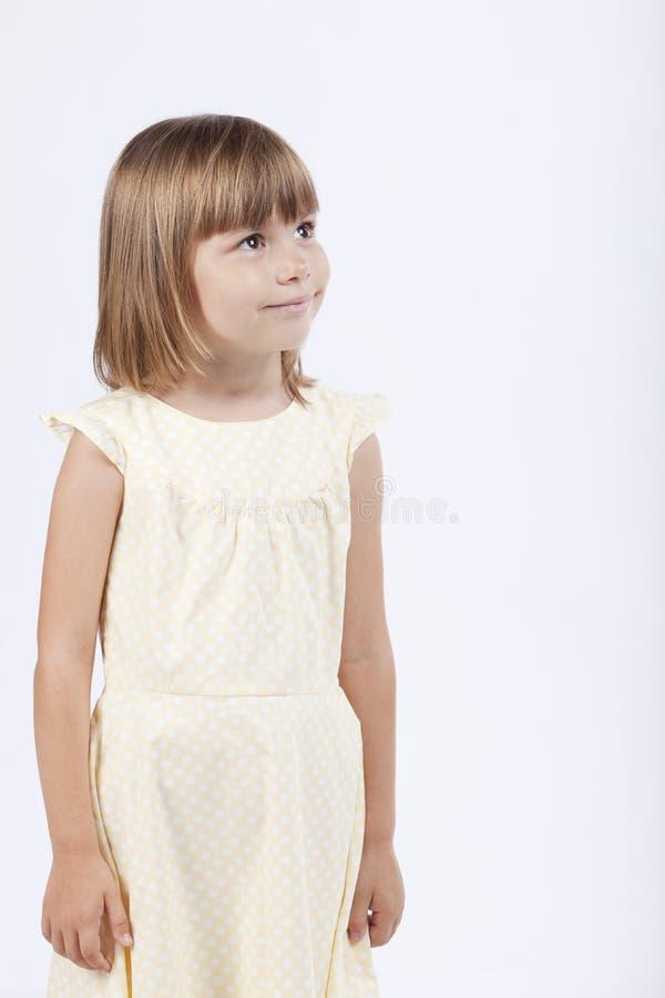 förtjusande flicka som 5 ser gammala år åt sidan arkivbild