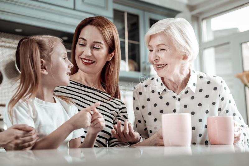 Förtjusande flicka som räknar på fingrar och hennes le för släktingar arkivfoto