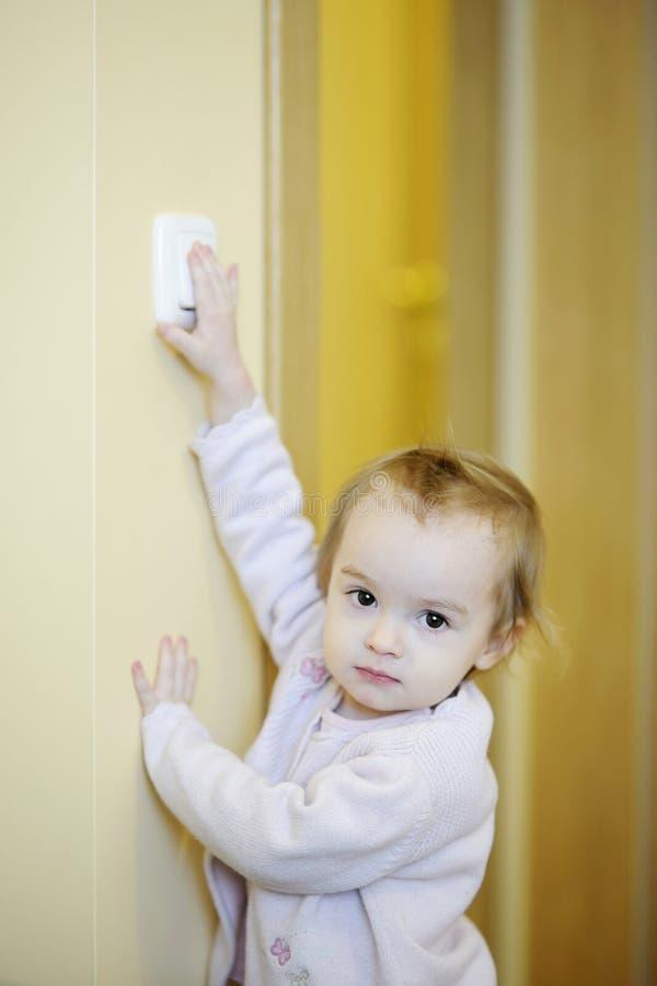 förtjusande flickalampa av att vända för strömbrytare fotografering för bildbyråer
