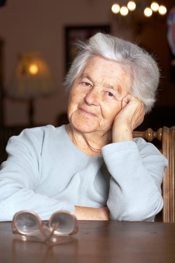 förtjusande gammalare kvinna royaltyfri bild