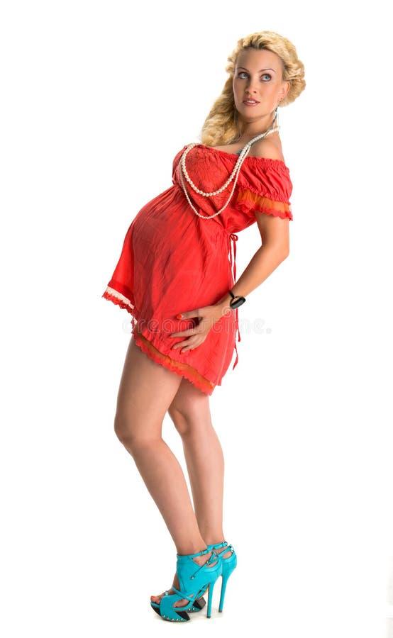 Förtjusande gravid kvinna i modern klänning arkivbilder