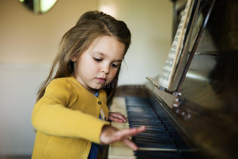Förtjusande gullig flicka som spelar pianobegrepp fotografering för bildbyråer