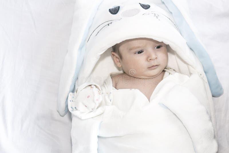 Förtjusande gulligt nyfött behandla som ett barn pojken på vit bakgrund Det älskvärda barnet bar en kanindräkt med långa öron eas royaltyfri fotografi