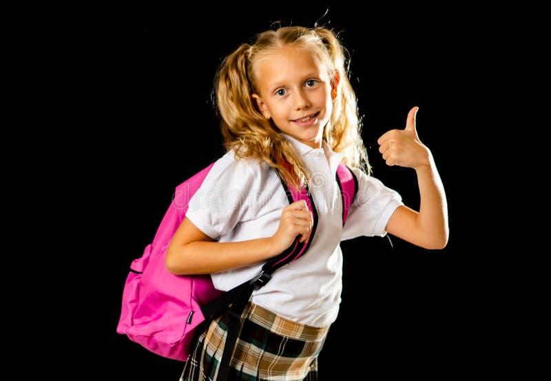 Förtjusande härlig liten skolflicka med den stora rosa skolväskan som känner sig upphetsat och lyckligt vara tillbaka till skola  royaltyfri fotografi