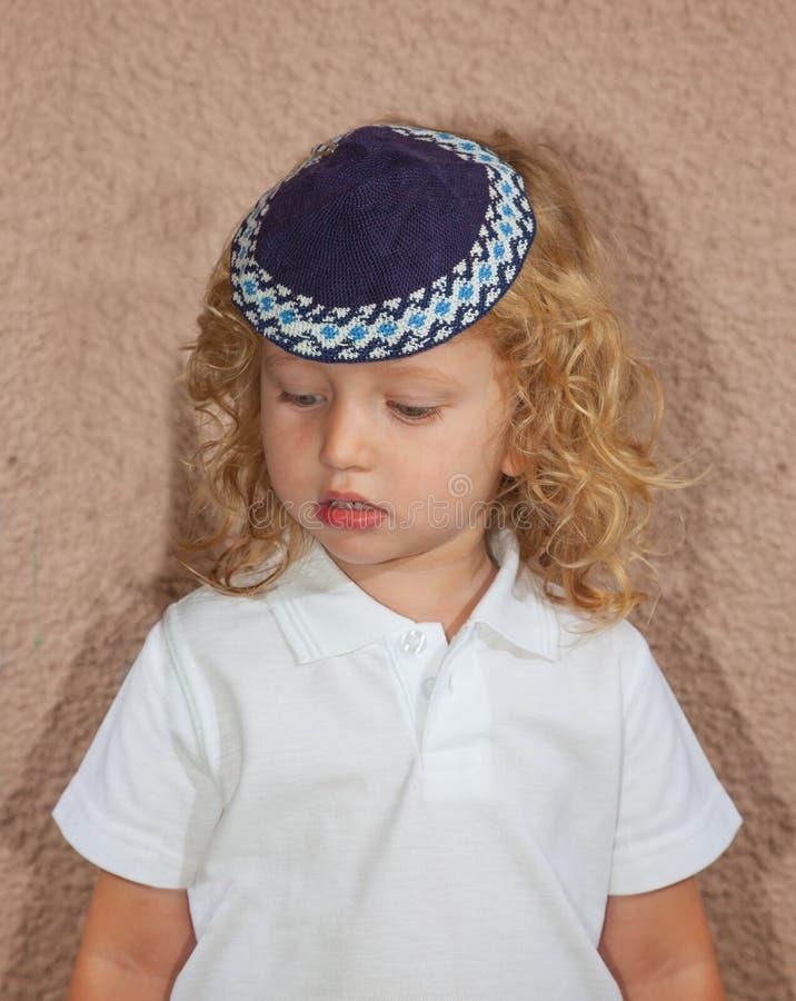 Förtjusande judiskt barn i en blå skullcap arkivfoto