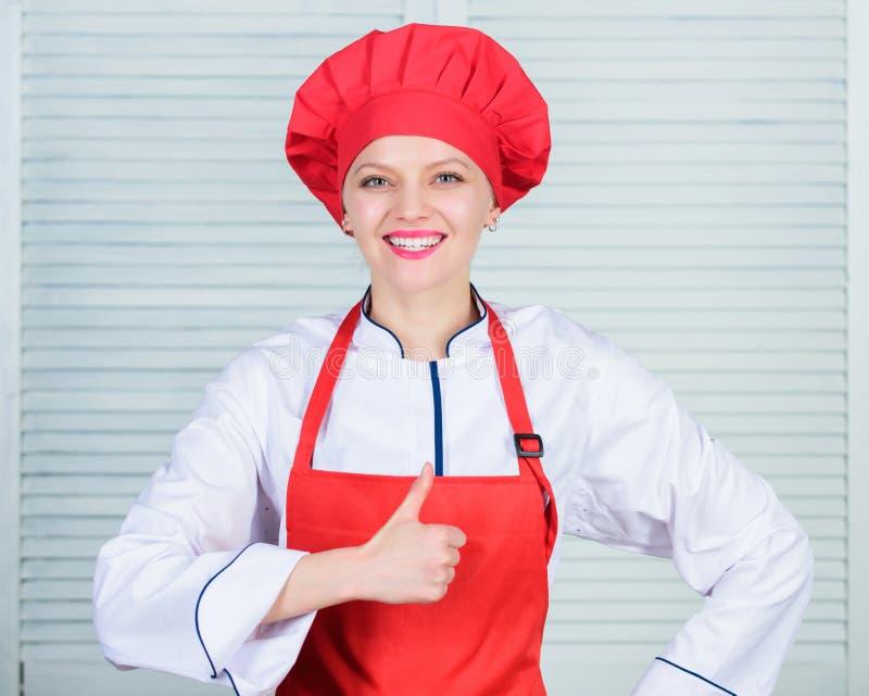 Förtjusande kock för dam att undervisa kulinariska konster Bästa kulinariska recept som ska försökas hemma Förbättra kulinarisk e royaltyfri bild