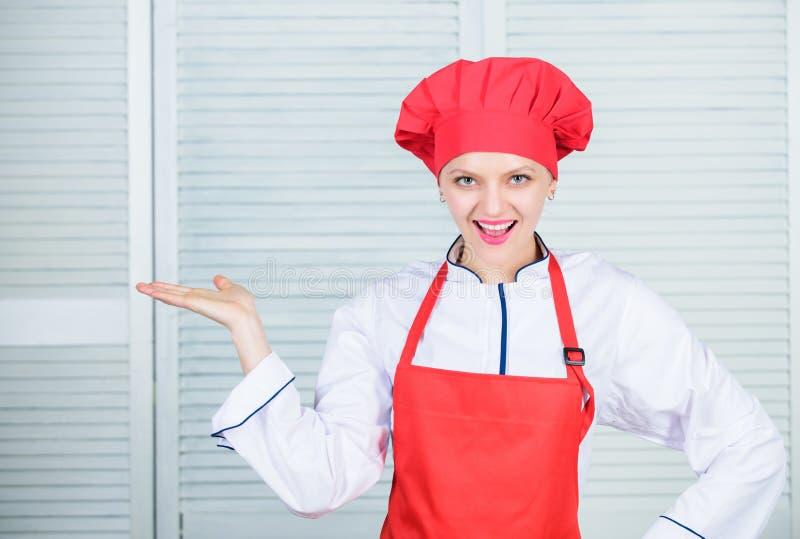 Förtjusande kock för dam att undervisa kulinariska konster Förbättra kulinarisk expertis Välkomnande till min kulinariska show Fö royaltyfria foton