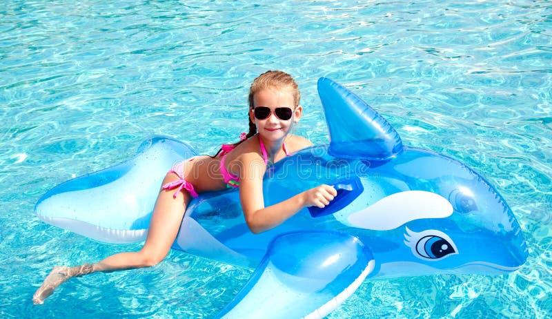 Förtjusande le liten flicka i simbassäng royaltyfri bild