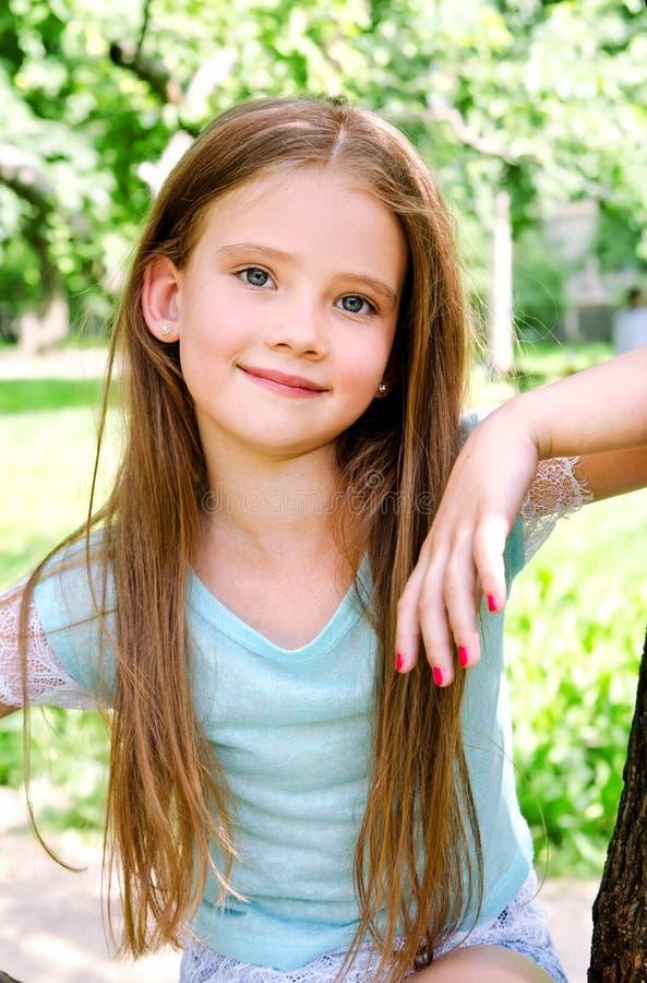 Förtjusande le liten flicka i sommardag royaltyfria bilder