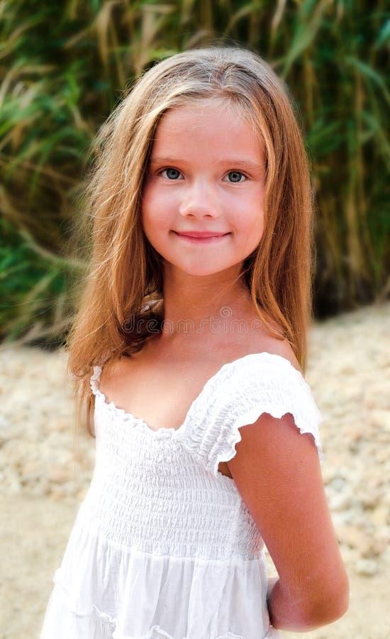 Förtjusande le liten flicka i sommardag arkivfoto