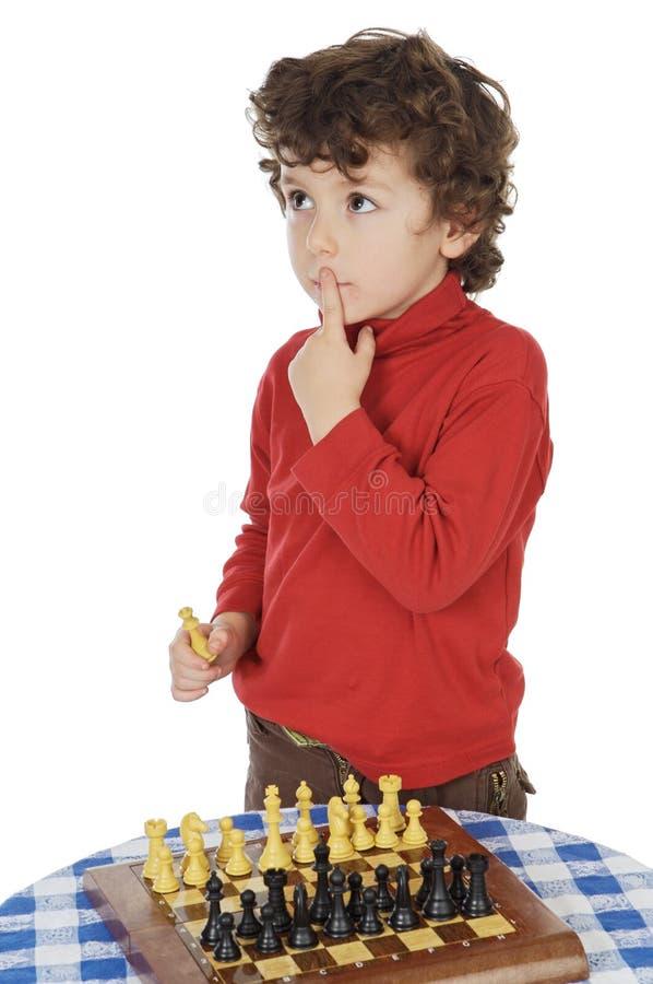 förtjusande leka för pojkeschack royaltyfri foto